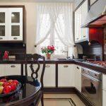 Темные столешницы кухонного гарнитура с белыми фасадами