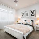 Декор стены спальни модульными картинами
