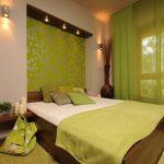 Зеленые шторы в спальном помещении