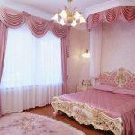Розовый текстиль в женской спальне