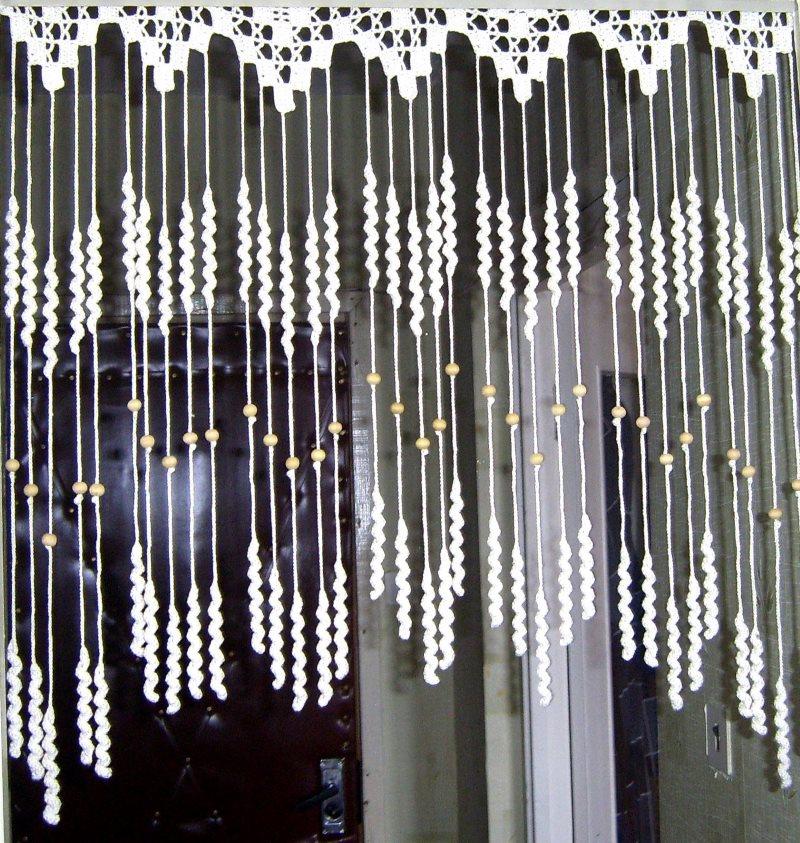 Вязаная штора для декорирования дверного проема своими руками