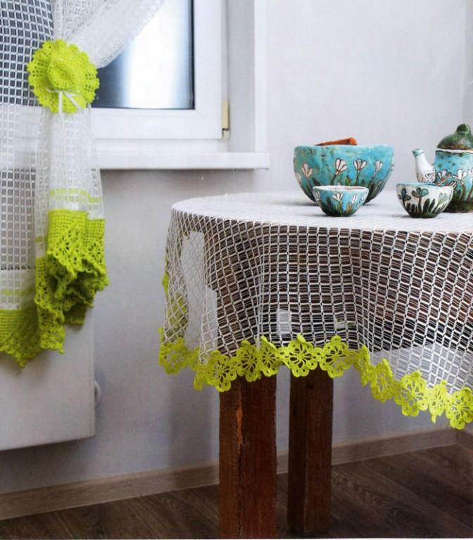 Комбинация вязаной занавески и скатерти на деревянном столе