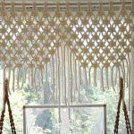 Оригинальная шторка в проеме окна