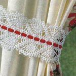 Красная полоска на белом кружеве подхвата