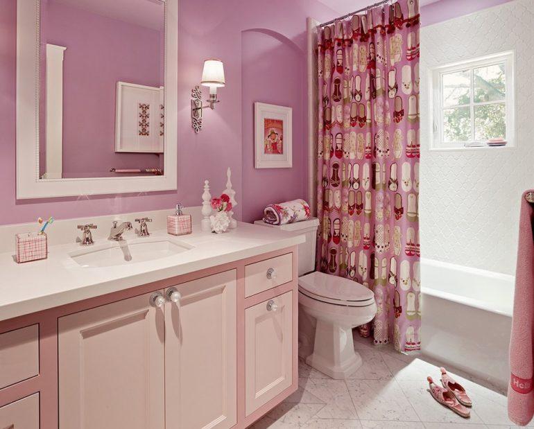 Розовая ванная комната с яркой шторкой