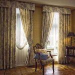 жаккардовые шторы в небольшой гостиной