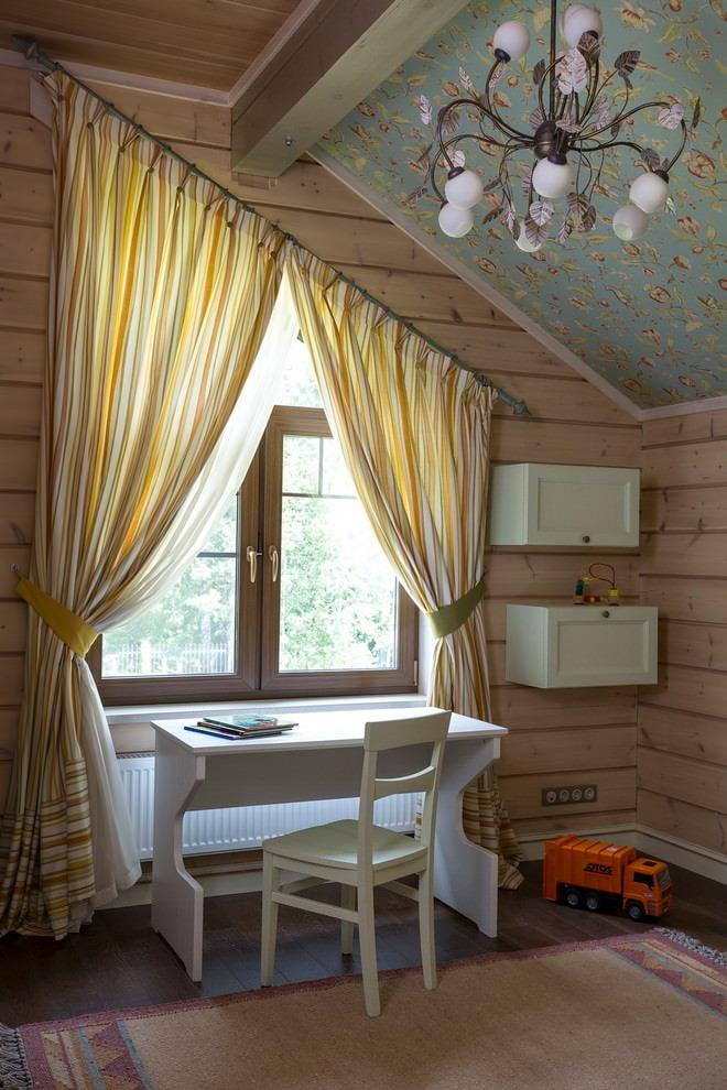 шторы в деревянном доме фото интерьера
