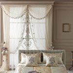тюль с вышивкой в роскошной спальне