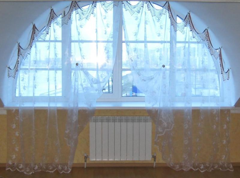 занавеска на полукруглом окне