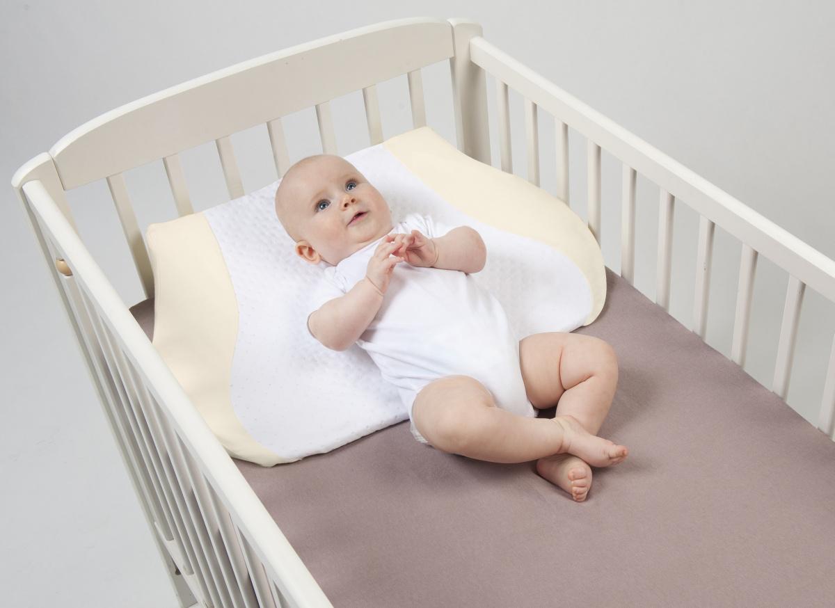 наклонная подушка для новорожденного
