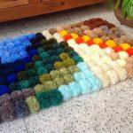 цветной прикроватный коврик из помпонов