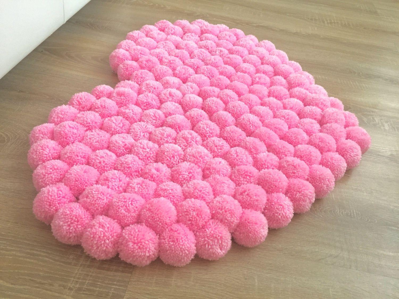 коврик из помпонов розовое сердце