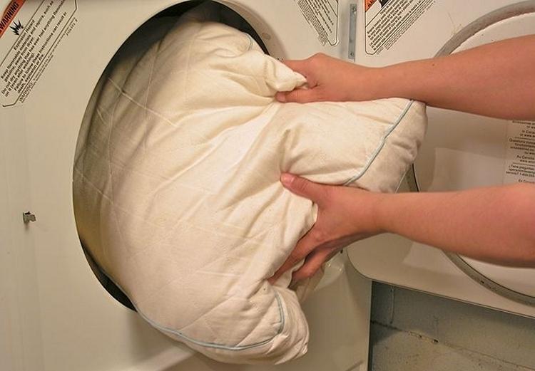 как правильно постирать подушку