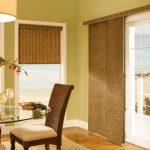 бамбуковые шторы и плетеная мебель