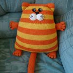 подушка кот вязаная