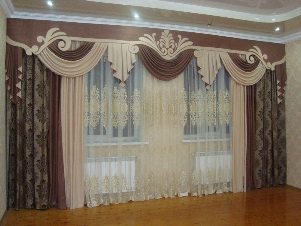 ламбрекен в зале с большим окном