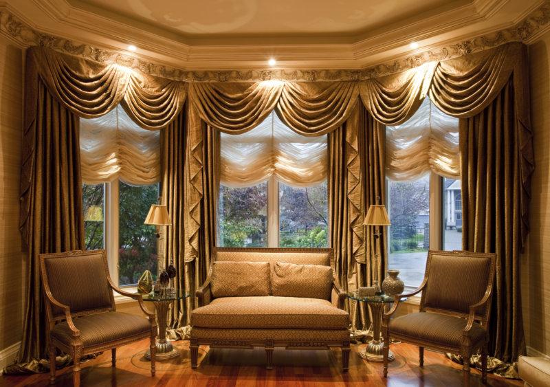 золотые шторы в гостиной с ламбрекеном