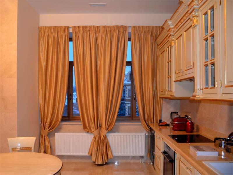 золотые шторы на кухне
