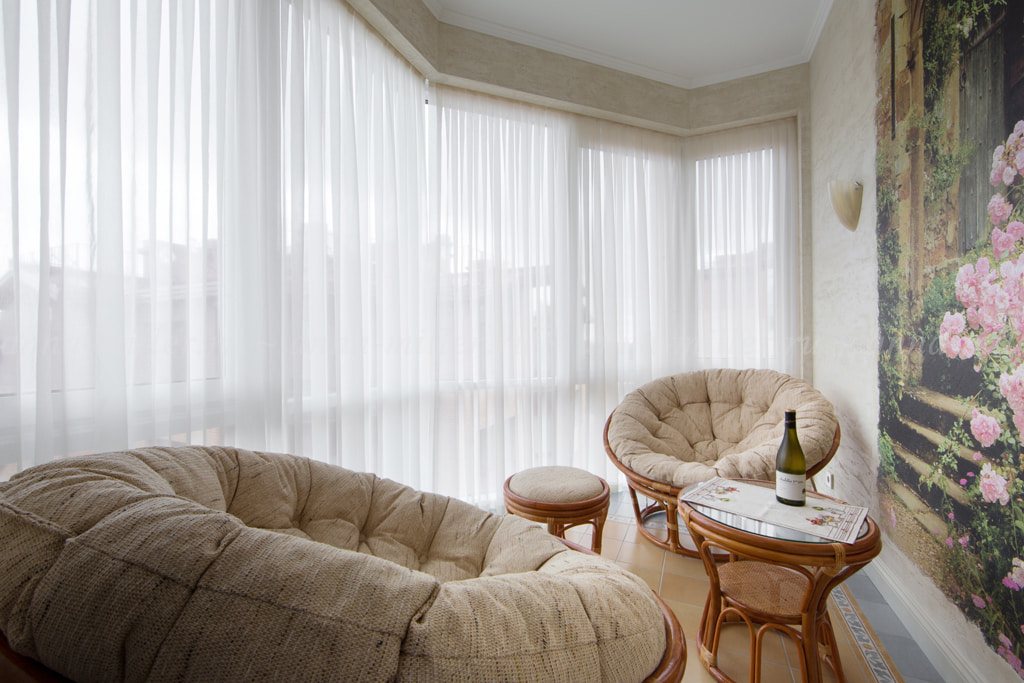 белые шторы в гостиной декор идеи