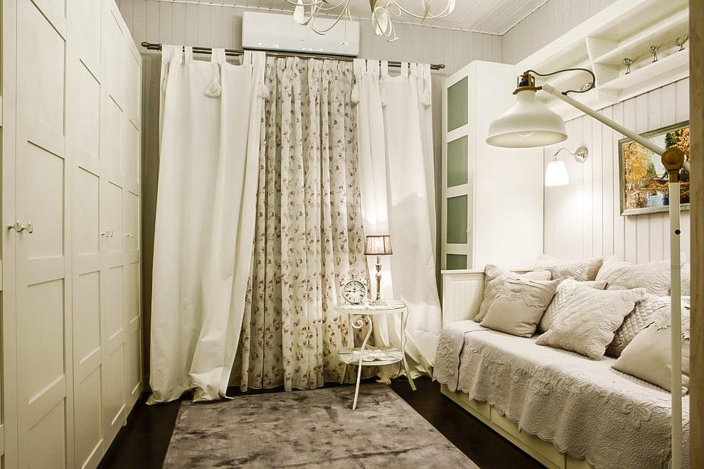 белые шторы в гостиной фото оформления