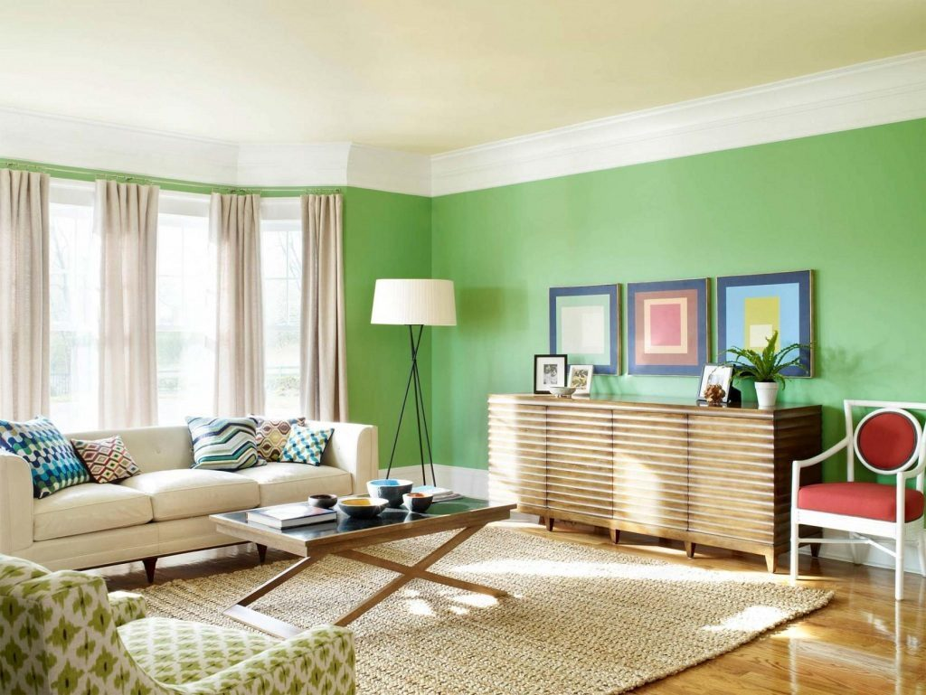 белые шторы в гостиной с зеленым