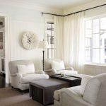 белые шторы в гостиной дизайн фото