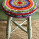 вязаные чехлы на стулья и табуреты дизайн идеи