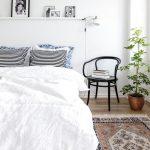 прикроватные классические коврики для спальни фото интерьер