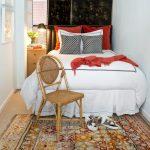 прикроватные классические коврики для спальни интерьер фото