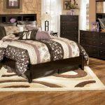 прикроватные классические коврики для спальни виды оформления