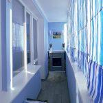 синие шторы балкон