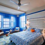 синие шторы оформление