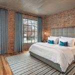 синие шторы спальня