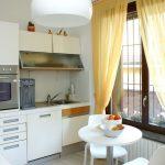 Как правильно и красиво вешать тюль и шторы на кухне