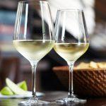 бокалы с белым вином