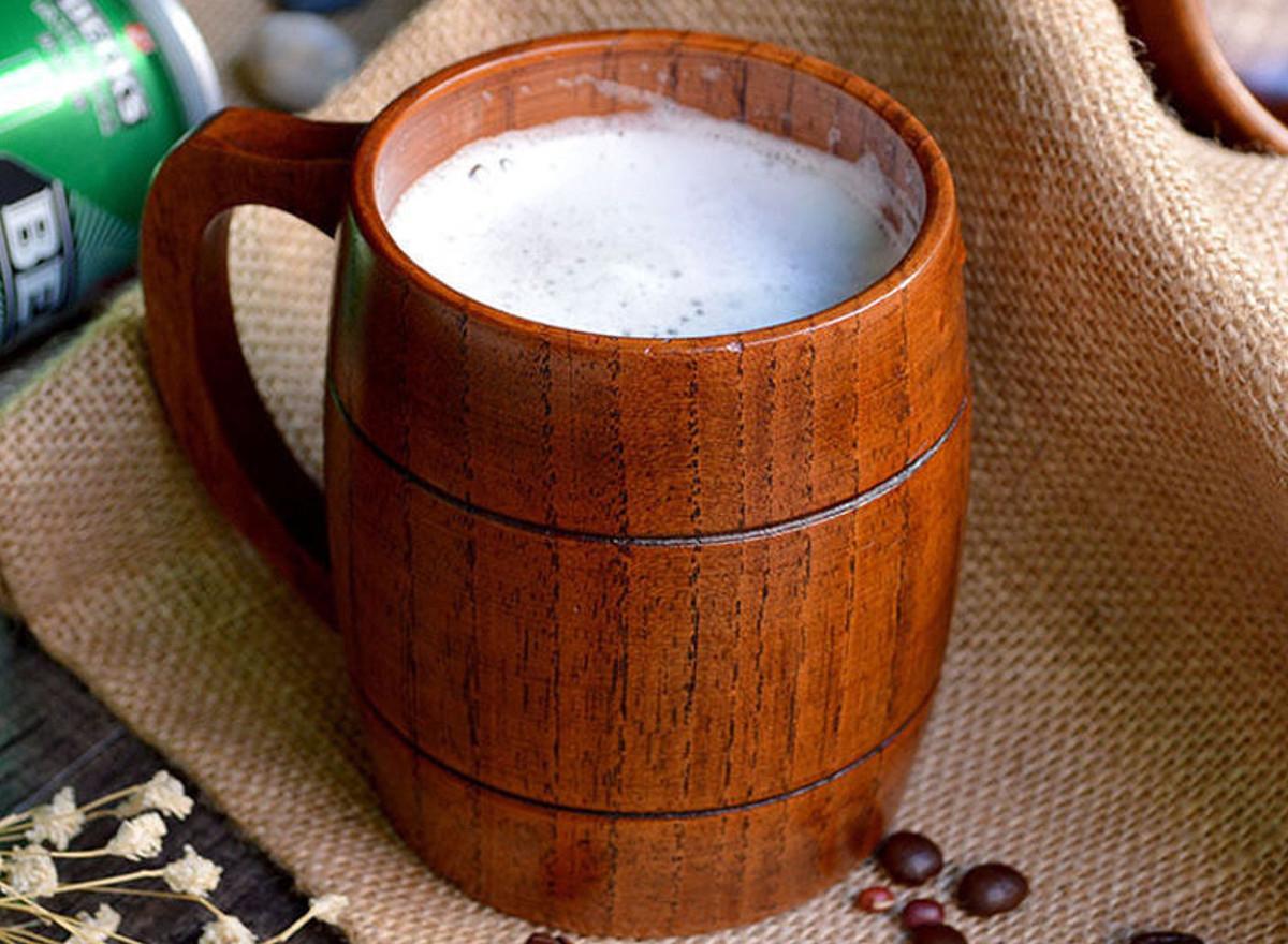 пиво в деревянной кружке