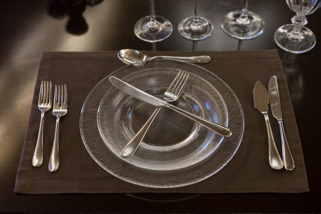 столовые приборы на тарелке
