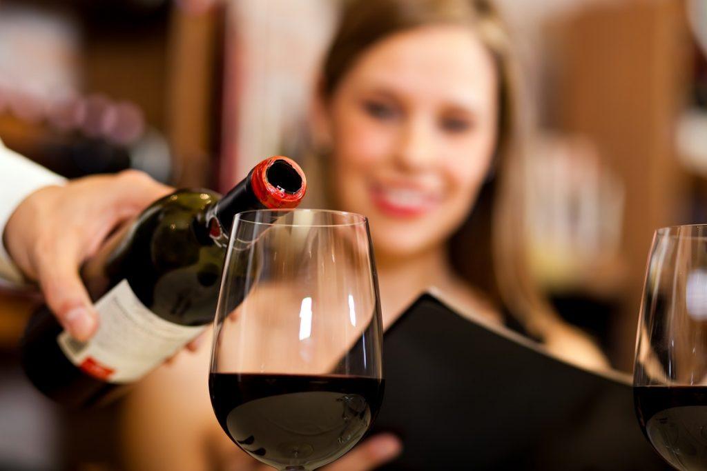 как доливать вино