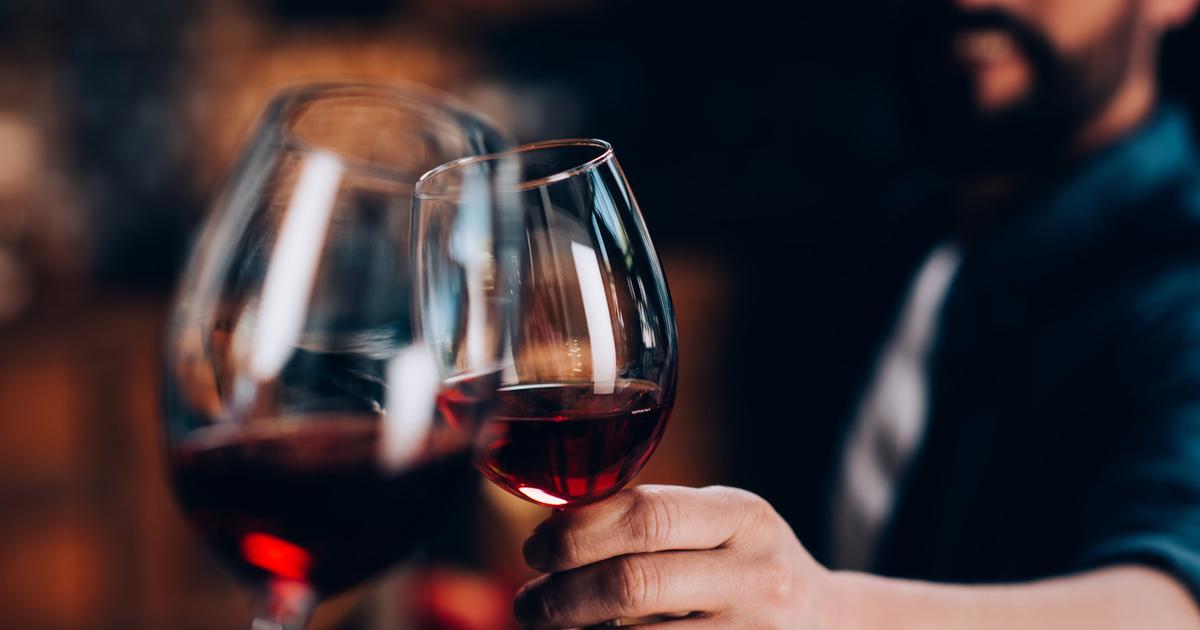 как держать бокал с красным вином