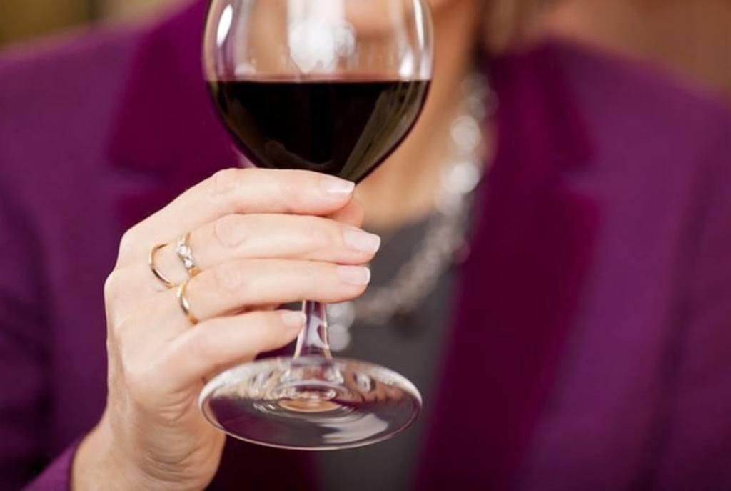 как держать бокал с вином девушке