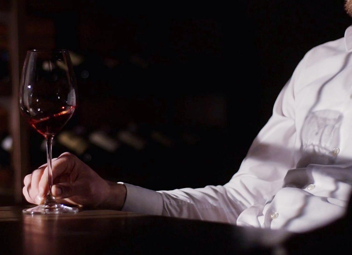 как держать бокал с вином мужчине