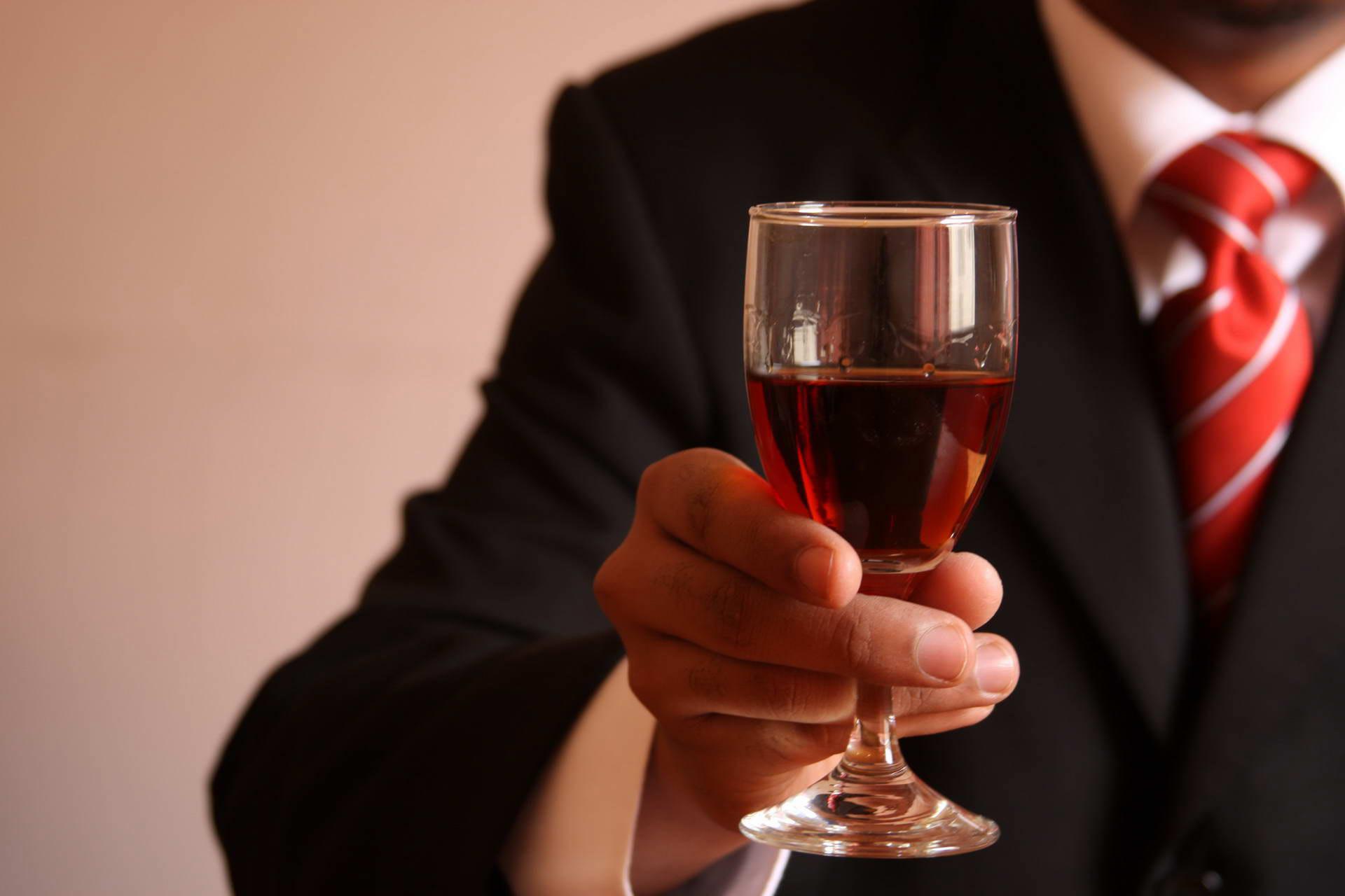 мужчина с бокалом вина
