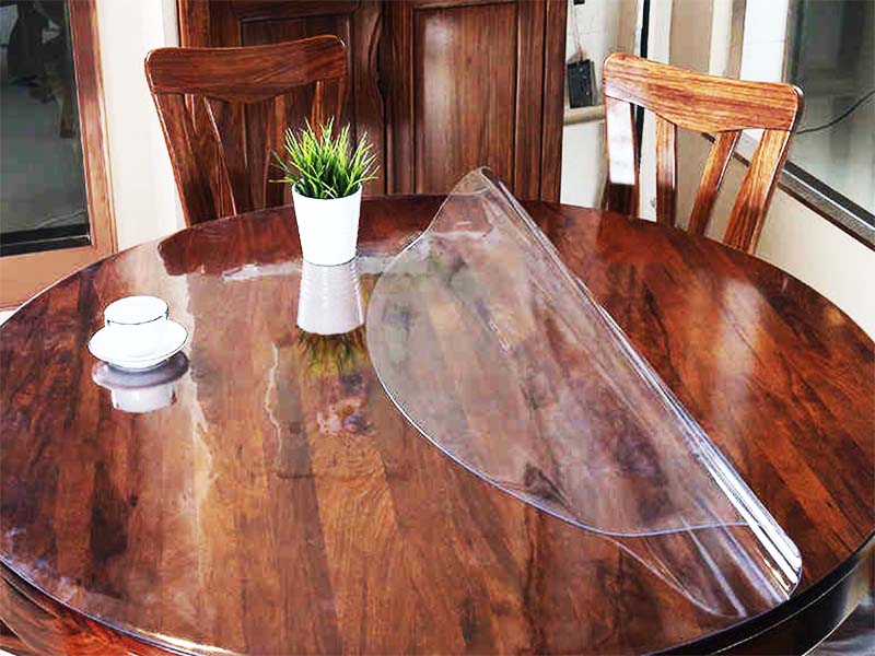 мягкое стекло на деревянной столешнице