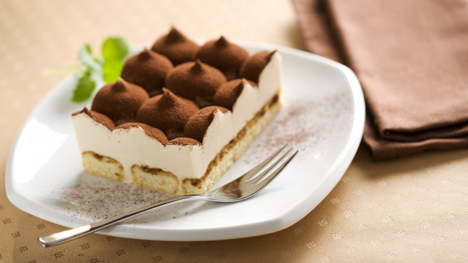 десерт с вилкой