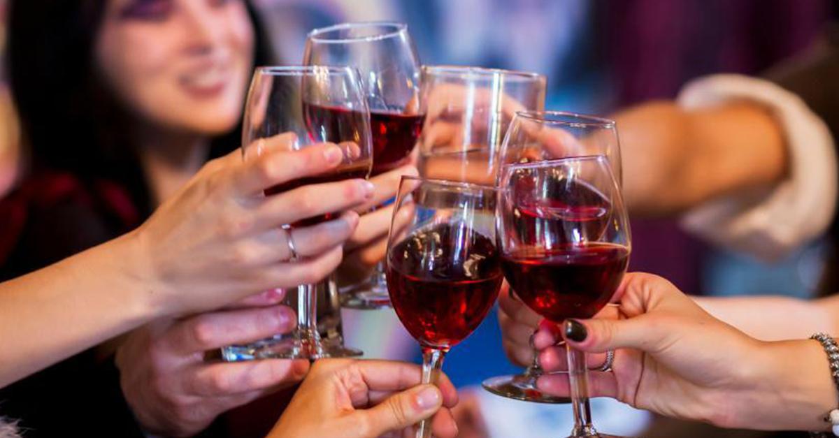 вино с друзьями