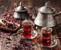 армуды с чаем на столе