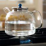 Чайник с водой на плите