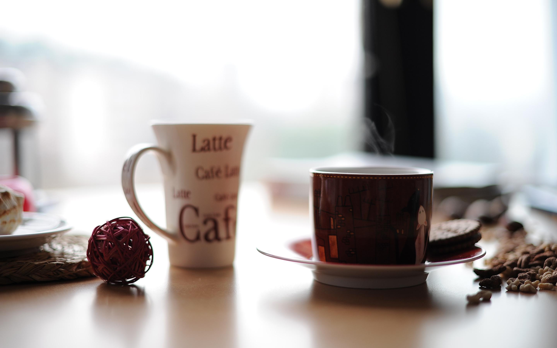 Чашка и кружка на столе