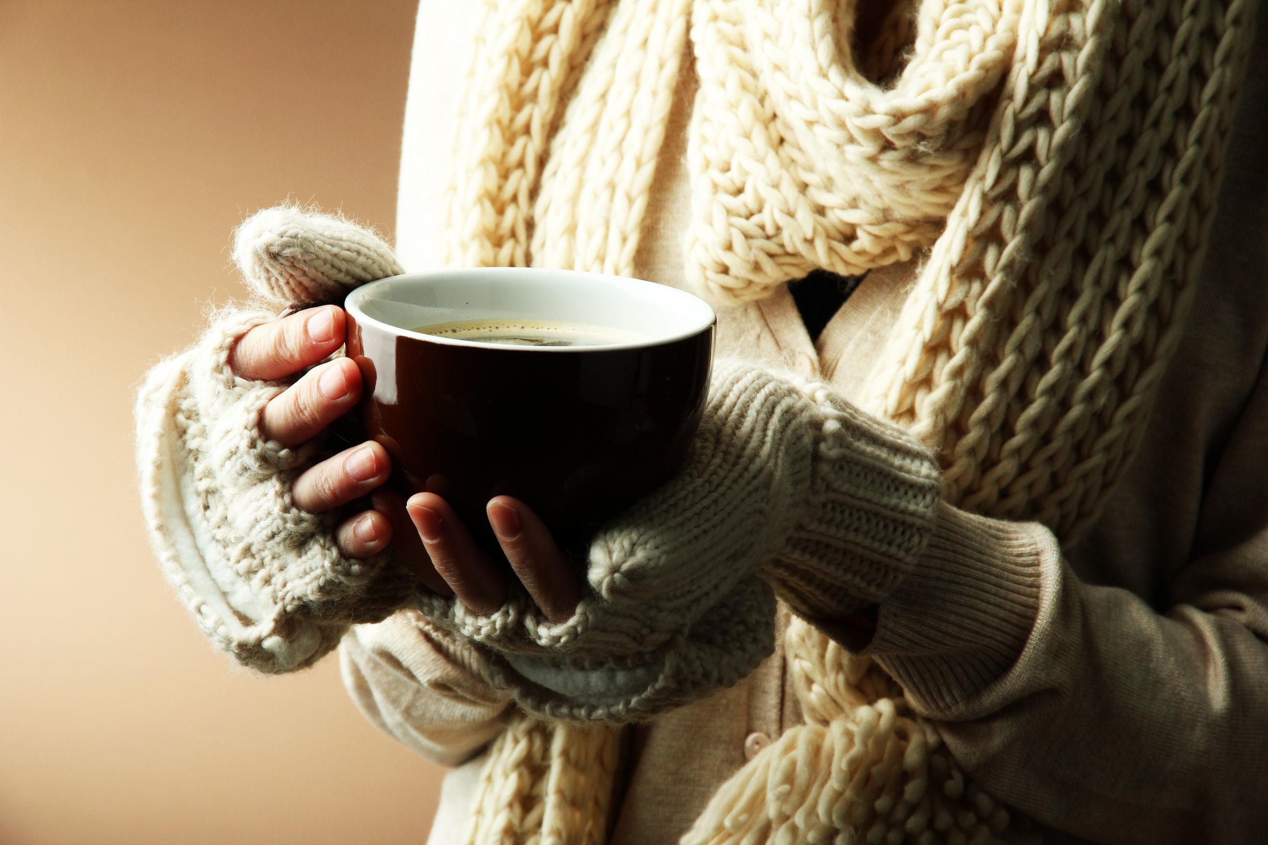 Чашка с кофе в руках