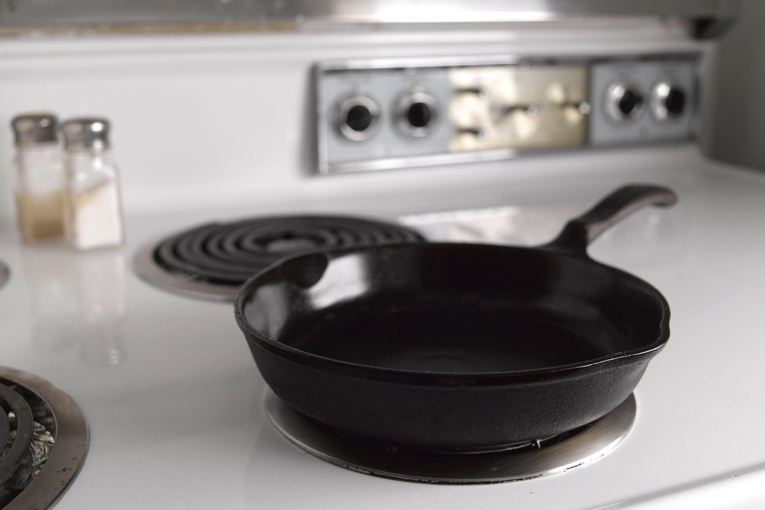 чугунная сковорода на плите